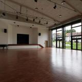 Bürgersaal, Blick zu Bühne und Fensterfront